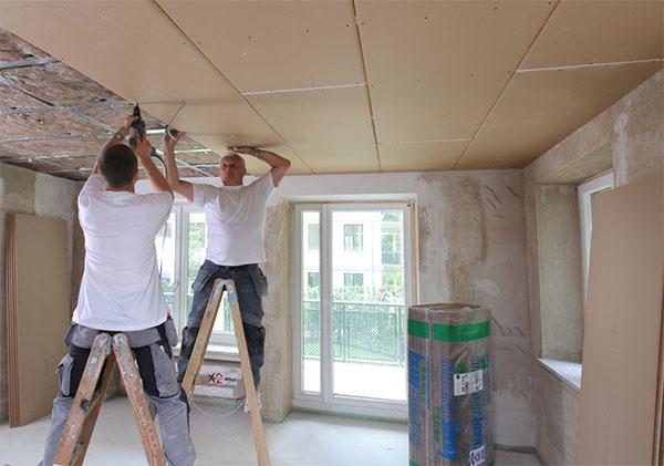 Instalace sádrokartonových podhledů z desek Knauf Silentboard je díky suchému procesu výstavby rychlá a čistá. Díky tomu jen minimálně komplikuje chod již zaběhnuté domácnosti. FOTO KNAUF PRAHA