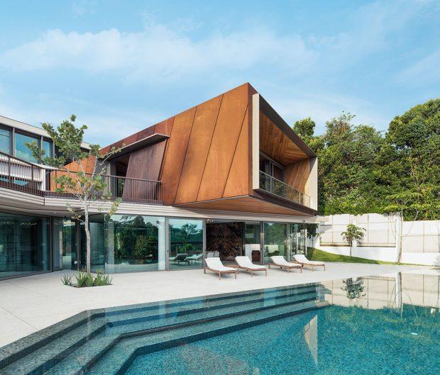Hlavní obytná místnost majitelů je umístěna v prostoru kubických tvarů, který je zdůrazněn a vynesen díky obložení ocelovými plechy Corten s rezavou patinou. Autor fotografií: Khoo Guojie, Singapore
