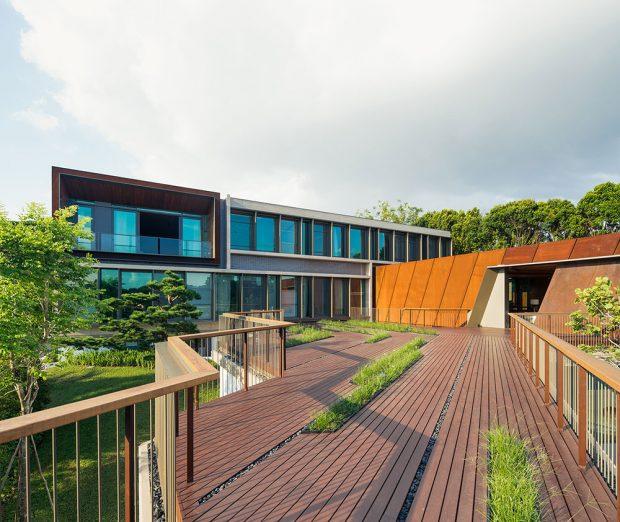 Konstrukce různých budov odráží jak charakter svahu, tak diamantový tvar pozemku. Fasáda obytné budovy kombinuje systémy Schüco ASS 50.NI a Schüco ADS 65.NI s konzolovými slunečními clonami. Autor fotografií: Khoo Guojie, Singapore