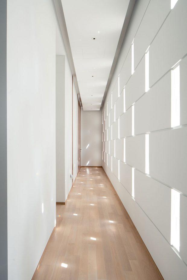 Otvory ve fasádě směrem do ulice zajišťují světlo a větrání v přístupové chodbě k hostinským pokojům a ložnicím. Autor fotografií: Khoo Guojie, Singapore