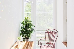 Malý stolek značky MWOOD doplňuje stará kovová židle. Skleněná dekorace vytváří vzimní zahradě krásnou duhovou hru světel. Skleněné křišťály zavěsila Terezie na starou mořem vybělenou větev, kterou přivezli její rodiče zFrancie. FOTO FRVR