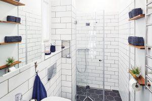 Elegantní astylově čistá koupelna si vystačí sminimem místa, apřece je maximálně funkční apraktická. FOTO FRVR