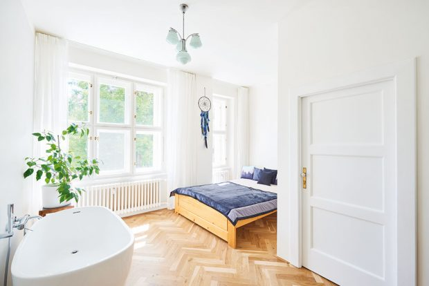 Ložnice opravdu připomíná luxusní dámský budoár, kam se vejde vše, co žena potřebuje, aby si mohla dopřát dokonalou péči. FOTO FRVR