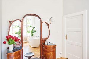 Nechybí ani volně stojící vana anádherná starožitná toaletka svelkým zrcadlem. FOTO FRVR
