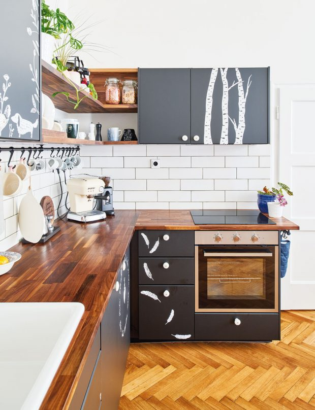 Kuchyně je zIKEA, ale Terezie ji odekorovala bílými polepy, které jí dodaly švih avtip. Ty navrhla výtvarnice Bára zNikolajky aDan Friedlaender zgrafického studia FRVR. FOTO FRVR