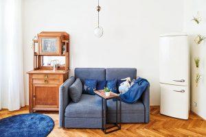 Moderní pohovka, retro lednička a starožitný sekretář... A přesto to jde dohromady. FOTO FRVR