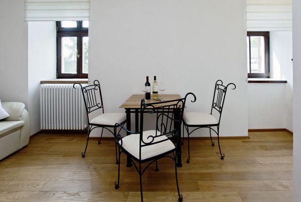 V obývací části dali majitelé přednost romantickému retro stylu. Foto Zehnder