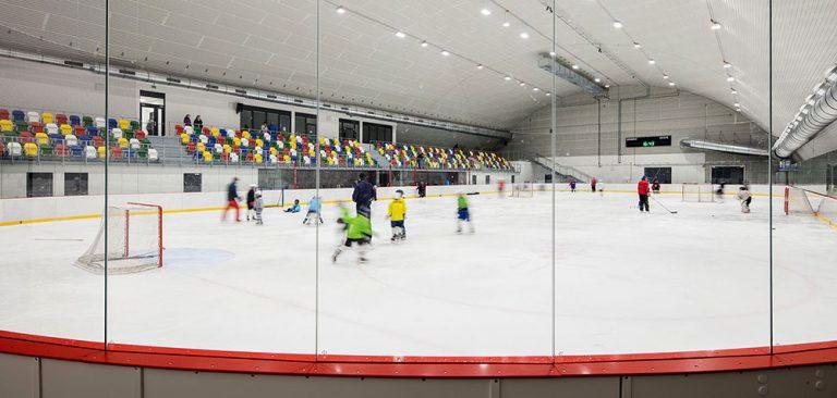 Kabiny zimního stadionu oblékly do barev obklady RAKO
