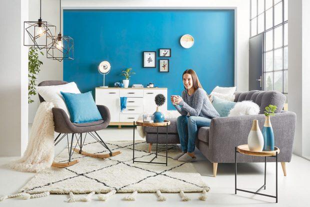 Sytá blankytná modř na stěně určitě přitáhne pozornost avytvoří výrazné pozadí jemnému dřevěnému nábytku ve skandinávském stylu. Když ji doplníte neutrální bílou ašedou, nebude interiér působit nijak chladně. Hezké je izopakování barvy na doplňcích – prostor působí kompaktně asladěně. Kolekce Nordic Living, www.moebelix.cz FOTO MOEBELIX