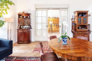 Zobývacího pokoje ovelikosti 42 m² se vchází do ložnice apracovny. Je vněm místo na secesní komody, art deco stůl ihistorické dřevěné sochy. Původní parketové podlahy idveře zůstaly zachovány. Parkety se přebrousily, dveře si udržely patinu, kterou získaly za desítky let. FOTO JH STUDIO
