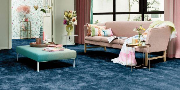 Hluboké atemné indigo je trendy. Pokud použijete tuto barvu ina celoplošný koberec, vybírejte kvalitní, třeba zkolekce Ourania. Ten zaujme především díky scintilačnímu efektu, při kterém vznikají slabé světelné záblesky. www.koberce-breno.cz FOTO KOBERCE BRENO