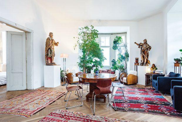 Socha Svatého Rocha pochází zItálie a původně byla součástí sbírky režiséra Francesca Zeffirelli. Je vyřezána ze dřeva azáhyby tkaniny pláště jsou zplátna pokrytého sádrou abarvami. FOTO JH STUDIO