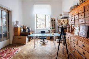 Celou jednu stěnu pracovny zabírá mohutná zásuvková skříň. Izde je řada artefaktů azajímavých designových objektů. FOTO JH STUDIO
