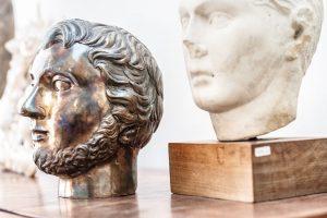 Alberto je velkým obdivovatelem sochařské práce, avcelém bytě je proto kvidění řada byst. FOTO JH STUDIO