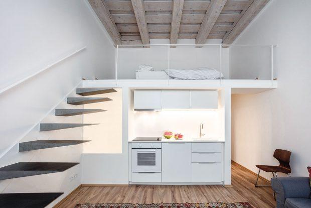 Mikro loft, který vznikl vpřední části bytu rozdělením jedné velké místnosti, slouží pro návštěvy. Je tu všechno, obývací aspací zóna, malá kuchyňka ikoupelna. Na projektu se Alberto podílel se svým kolegou, architektem Pietrem Giuffridou. FOTO JH STUDIO