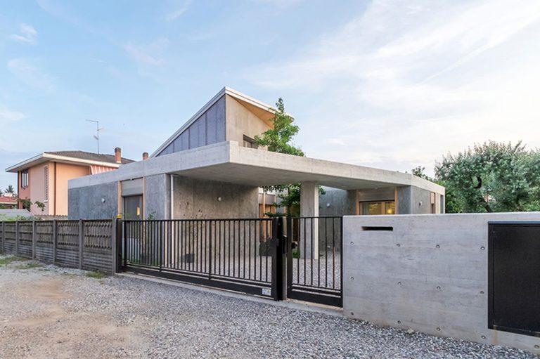 Beton, dřevo a zábavné detaily: Dynamický dům pro mladou rodinu