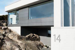 Zářivá barva betonových konstrukcí kontrastuje se šedivými povrchy a barvou profilů fasádních systémů Schüco FW 50+.HI. Autor fotografií: Sofia Sabel, Gothenburg