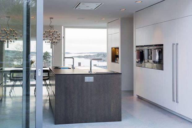 Během letních měsíců zajišťují rozsáhlé posuvné systémy Schüco ASS 50 flexibilní propojení jídelní a kuchyňské zóny s okolím domu. Autor fotografií: Sofia Sabel, Gothenburg