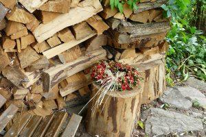 Uskladnění dřeva může být pojato hravým způsobem, nemusíte zůstávat u zažité klasiky. foto: Lucie Peukertová