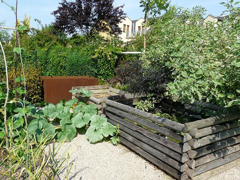 V zahradě by určitě neměl chybět kout s kompostérem a nádržemi na dešťovou vodu.