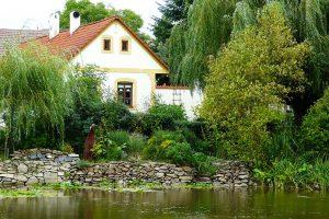 Venkovská zahrada opět znovu ožívá, neměly by v ní chybět zvláště některé prvky. foto: Lucie Peukertová