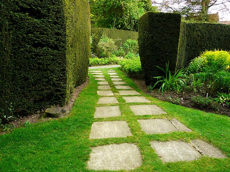 Zahradní cesty plánujte efektivně, nemělo by jich být příliš a měly by vést na opravdu důležitá místa.