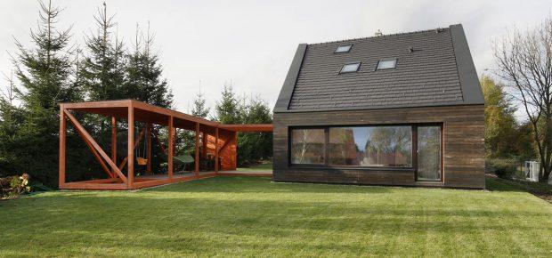 Dům na kraji obce s originálním projevem: Hra kontrastních barev i tvarů