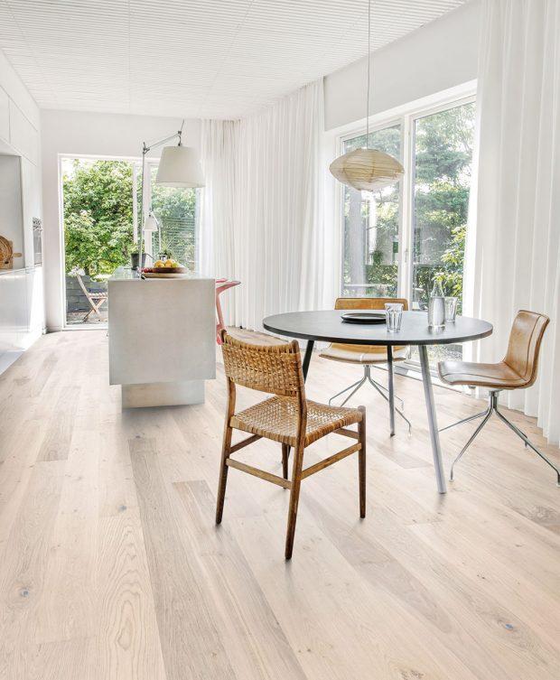 Dřevěná podlaha Kährs zkolekce Lux vdekoru Dub Sky je oblíbenou klasikou. Ultra matný lak, kartáčovaný, bíle mořený, mikro zkosené hrany, všechny dekory v1-lamelovém provedení. www.kpp.cz FOTO Kährs