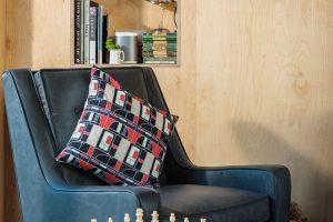 Šachový koutek nesmí vanglickém salonku chybět. Na zámku ina víkendové chatě. FOTO UNIQUE HOME STAYS