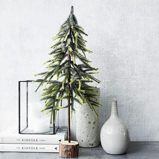 NA VELIKOSTI NEZÁLEŽÍ. Pokud vám prostor neumožňuje pyšnit se majestátním vánočním stromem ani jeho menší verzí, v nabídce dnes naleznete mimořádně hezké mini stromky, které navzdory své skromné velikosti umí navodit stejně kouzelnou vánoční atmosféru jako jejich větší verze. FOTO HOUSE DOCTOR
