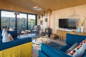 Jednoduchý interiér, prosté materiály akrásný celek. Voda, vzduch akrajina za oknem jsou darem navíc. FOTO UNIQUE HOME STAYS