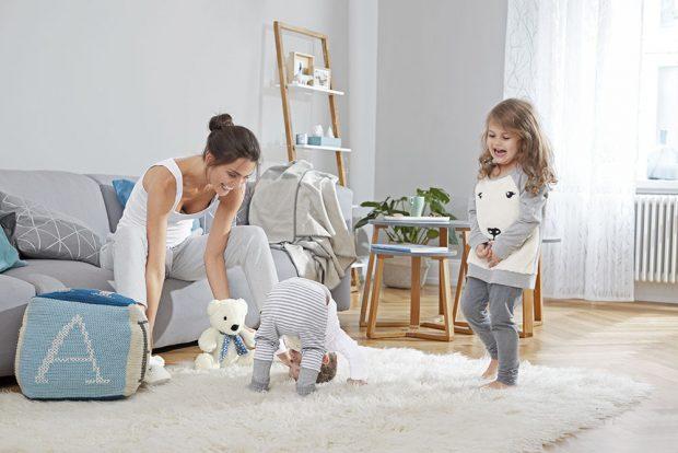 Měkký koberec je to pravé místo, kde se naučit kotouly. Až bude nosit dítě ze školy jedničky zgymnastiky, budete si blahopřát, že jste ktakovému nákupu přistoupili. www.tchibo.cz