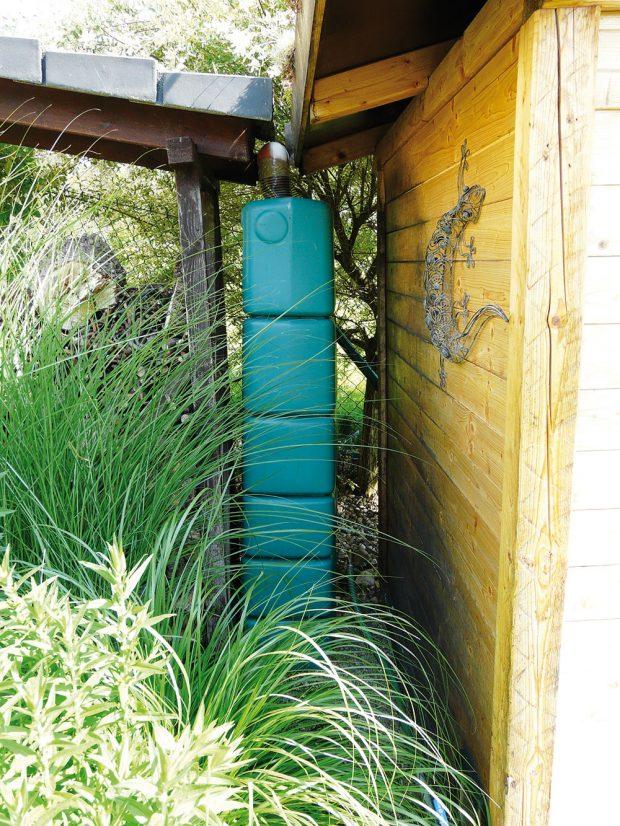 Dešťovou vodu je možné uchovávat ivrůzných barelech, voda zde ovšem nevydrží dlouho vdobré kvalitě. FOTO LUCIE PEUKERTOVÁ