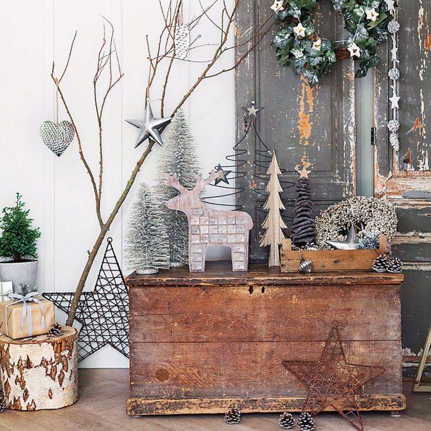PRO VÝZDOBU DO LESA. Obyčejné větve výborně poslouží jako držák na vánoční ozdoby. Na dřevěný pařez položte dárky a zbytek místa dekorujte šiškami či jinými úlovky z lesa. Takové jednoduché vánoční voňavé zátiší si můžete vytvořit v jakékoli části domu. FOTO AMARA