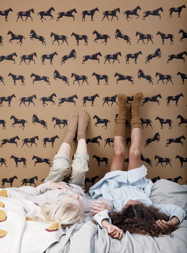 Vliesová tapeta Horse, omyvatelná vlhkým hadříkem, 10 × 0,53 m, 1 950 Kč, www.fermliving.com FOTO FERM LIVING