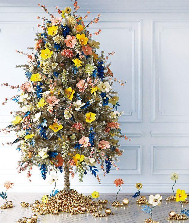 Stromek lze dekorovat lecčím. Pokud milujete květiny, nebraňte se jim ani oVánocích. Nemusí to být jen tradiční červená vánoční hvězda. Vybírejte barvy, které se líbí vám – dekorace mohou být zpapíru nebo textilu. Sváteční šmrnc dodávají odlesky zlaté nebo stříbrné – čím více, tím lépe. FOTO MARTHA STEWART