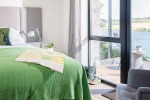 Jednoduchá, pohodlná ložnice pro dobrý spánek asoukromá teráska pro ranní rozcvičku ivečerní posezení...Co dodat? FOTO UNIQUE HOME STAYS