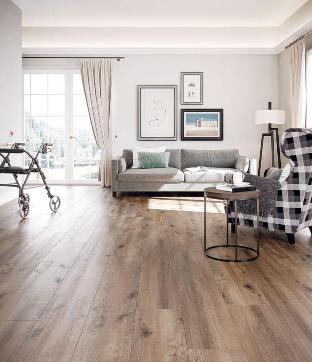 Ekologická podlaha Wineo PURLINE 1500 kolekce Wood XL vdekoru dub Village Brown představuje organickou podlahu, vyrobenou zpřírodních arecyklovatelných surovin, zcela bez emisí azápachu. www.kpp.cz