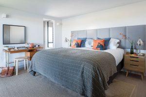 Čalounění čelní části postelí představuje kompromis u estetiky aúčelu. Postele slouží jako king size itwin. FOTO UNIQUE HOME STAYS