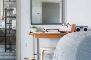 Ladění interiéru si hraje snenásilnými, ale výraznými kontrasty přírodních materiálů abarev. FOTO UNIQUE HOME STAYS