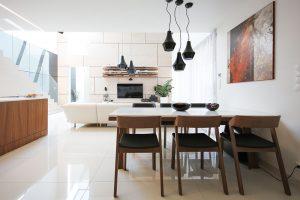 Včistém interiéru sbílým základem vynikají atypické nábytkové prvky vyrobené na míru asolitéry selegantním designem. (Jídelní židle Merano od značky Ton, Sedačka Brik) FOTO JOZEF BARINKA