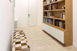Noční zóna zabírá celý někdejší třípokojový byt manželů. Při vstupu do ní vás přivítá knihovna, která zchodby udělala prakticky využitý prostor. FOTO MIRO POCHYBA
