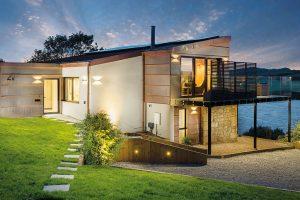 Téměř ze všech stran aúrovní přístupný dům je ideálním řešením pro složitý terén. FOTO UNIQUE HOME STAYS