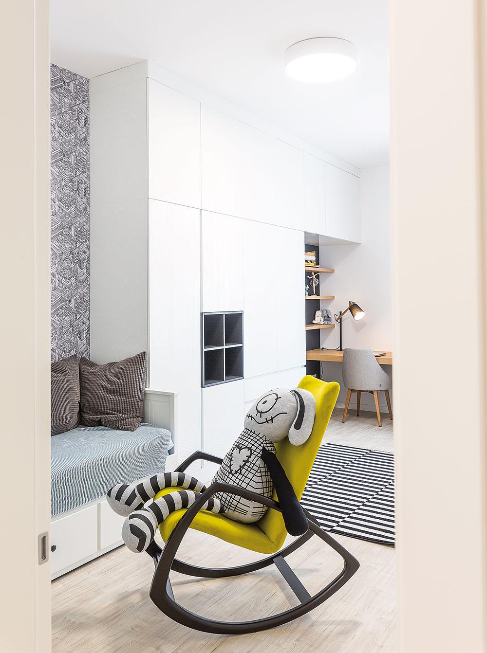 Dva dětské pokoje jsou odlišné stejně jako dívky ajejich záliby – při navrhování architekti respektovali jejich požadavky. Vlastní pokoje pro dospívající dcery patřily kdůvodům, proč potřebovala rodina větší byt. FOTO MIRO POCHYBA