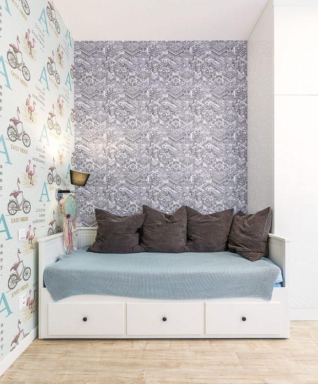 Šikovná postel zIkey slouží přes den jako sedačka – stejnou mají ve svých pokojích obě sestry. Nejstarší zdívek Kristínka maluje, proto pro ni vybrala architektka tapety sgrafickým vzorem. FOTO MIRO POCHYBA
