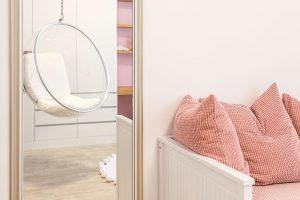 Vestavěný nábytek, navržený avyrobený na míru prostoru, je doplněn několika nápaditými kousky zařízení. FOTO MIRO POCHYBA