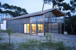 Z úsporného prvku hlavní prostor domu: Víkendové bydlení z prefabrikátů