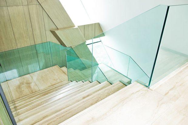 Foto: © AGC Glass Europe, celoskleněné zábradlí schodiště, Stratobel