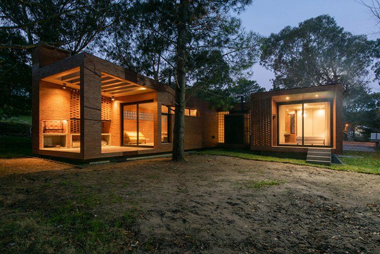 Cihlový jednopodlažní dům, který si hraje se světlem