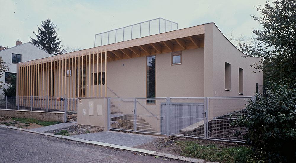 Přízemní dům skrytý za lamelami: Zimní zahrada a kaktusový skleník na střeše